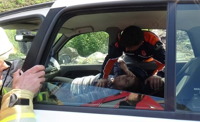 Kaza'da yaralanan vatandaşı İtfaiye eri teselli etti