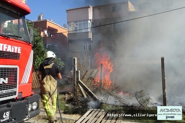 Silivri İtfaiyesi 35 derece hava sıcaklığında yangınlarla mücadele ediyor