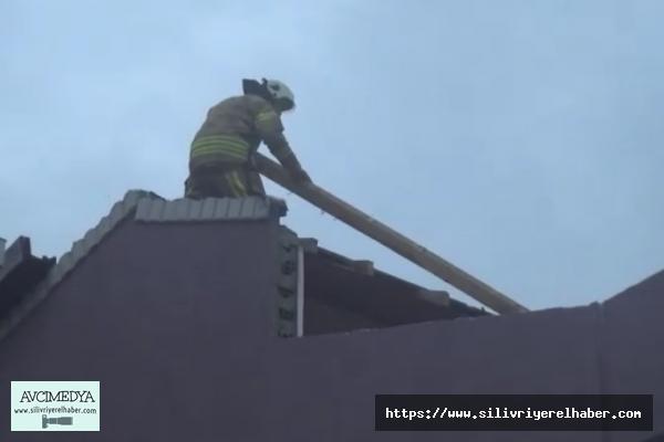 Lodos evin çatısını uçurdu
