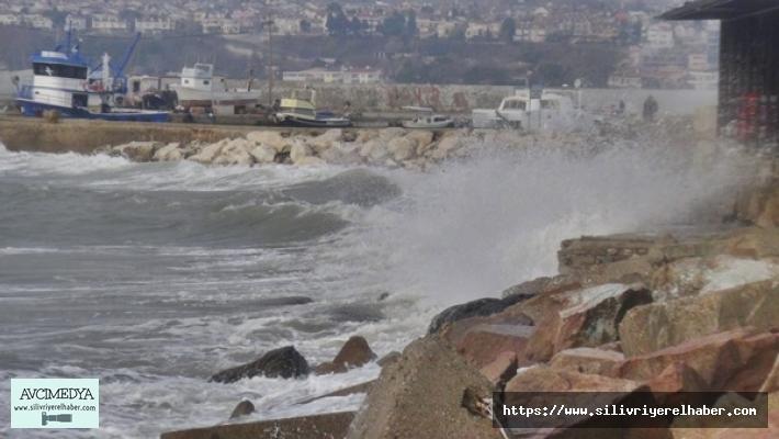 Silivri'de şiddetli lodos etkili oluyor