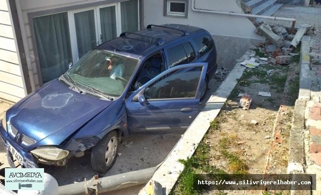 Doğalgaz Kutusuna Çarpan Otomobil Sürücüsü Evin Bahçesine Uçtu