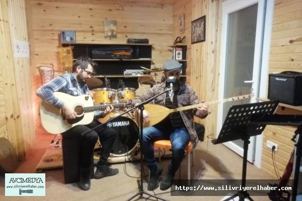 Sanatçı Orçin'den canlı yayında ev konseri