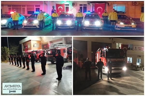 Silivri'de polisler ve itfaiyeciler saat 21.00'de İstiklal Marşı okudu.