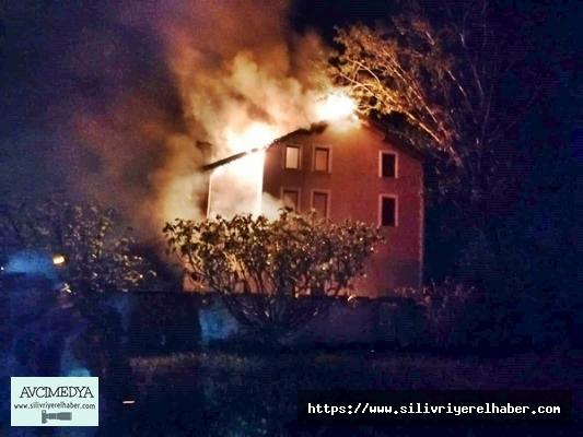 Silivri'de Evin Çatısına Düşen Yıldırım Yangın Çıkardı