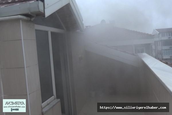 Silivri'de evin çatısına yıldırım düştü