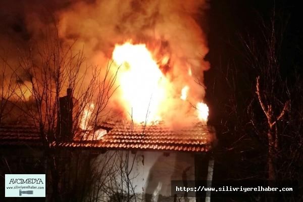 Evin çatısı alevlere teslim oldu