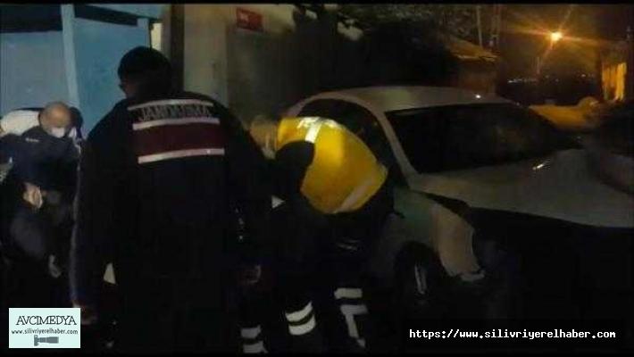 Silivri'de otomobil aydınlatma direğine çarptı: 1 ölü, 1 yaralı