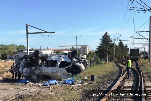 Yük treni, hemzemin geçitte servis minibüsüne çaptı: 4 ölü, 8 yaralı