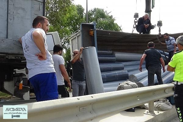 Silivri'de kumaş yüklü kamyon devrildi