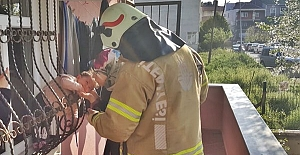 Demir korkuluklarına sıkışan bebeği İtfaiye ekipleri kurtardı