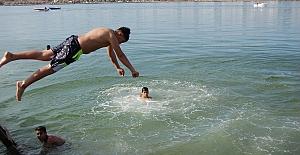 Silivri'de sıcaktan bunalan gençler denizde serinledi