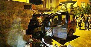 SİLİVRİ'de kaza yapan sürücü duvara çarparak durabildi
