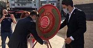 CHP'liler Atatürk Anıtına Çelenk Bıraktı