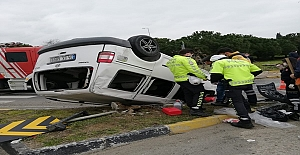 Silivri'de Ağaça çarpan araç takla attı