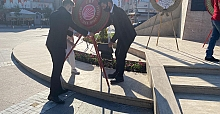 CHP'liler Atatürk Anıtın'a Çelenk Bıraktı